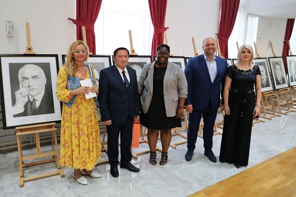 Artist Borce Todoroski with representatives of the US Embassy, the Mayor of the Municipality of Kumanovo, Maksim Dimitrievski and his wife Nadica Dimitrievska. (photo: CIVIL)